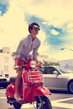 My dream: Riding a Vespa in Italy in style - Moda uomo - Motorrad Motor Scooters, Vespa Scooters, Vespa Motorbike, Scooter Scooter, Motorcycle Party, Motorcycle Outfit, Summer Holiday Outfits, Vespa Px, Mod Fashion