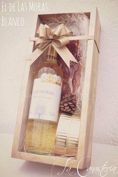 El de Las Moras: Blanco es un arreglo de vino navideño para mujer que enamora a primera vista con una fina presentación navideña dorada y una selección ideal de productos gourmet para disfrutar. In…