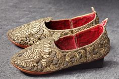 Ottoman embroidered shoes, c. 1700 – purchase by Augustus the Strong in 1713 Dresden State Art Collections Historical Costume, Historical Clothing, Dresden, Vintage Shoes, Vintage Outfits, History Of Textile, Empire Ottoman, Ottoman Turks, Turkish Fashion