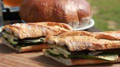 Vyzkoušejte si bagetu s grilovanou zeleninou a sýrem Provolone, vepřovou krkovičku s restovanou cibulí, grilovanou zeleninu s dresinkem z pečeného česneku a pečené vepřové ramínko. Podle šéfa Zdeňka Pohlreicha vám to půjde samo.