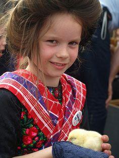 200 year Staphorst #Overijssel #Staphorst Netherlands Country, Kingdom Of The Netherlands, Girls Rules, Baby Chicks, Traditional Dresses, Travel Inspiration, Celebrities, Children, World
