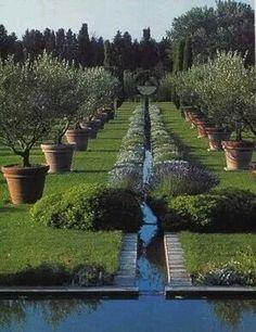 Vom Orient inspiriert: ein schmaler Wasserkanal zieht sich über die gesamte Länge des Gartens.