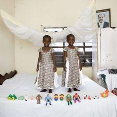 Arafa & Aisha – Bububu, Zanzibar  Kuvattu 18 kuukauden ajan, italialaisen valokuvaajan Gabriele Galimbertin projekti, Toy Stories, esittää kuvia lapsista ympäri maailmaa poseeraamassa arvokkaimman omaisuutensa kanssa - heidän lelunsa.