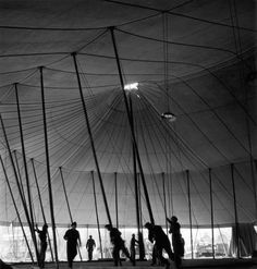 Erecting tent Pinder, Paris, France in 1949 © Robert Doisneau / Rapho