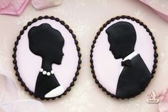 Beautiful silhouette cookies -D.Y How to make cameo silhouette cookies. Cameo Cookies, Fancy Cookies, Iced Cookies, Royal Icing Cookies, Cupcake Cookies, Cameo Cake, Sugar Cookies, Cookie Tutorials, Cake Decorating Tutorials