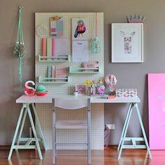 WEBSTA @ diycore - POST NOVO NO BLOG 💗💜💗Quem quer dicas bem baratinhas para deixar o cantinho de trabalho em casa organizado e lindo? 🌷Corre la no blog pra conferir tudinhoo!!www.diycore.com.br#amor #artist #architecture #arquitetura #blog #escritorio #homeoffice #mesa #cavalete #diy #decor #decoration #decoração #cores #pegboard #home #homedecor #homedesign #instagood #instacool #instalove #instalike #instapic #instadecor #colorido #cavalete