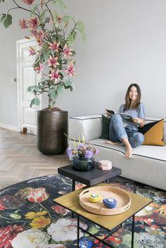 Mooie vloer ook in combi met het lichte grijs op de wand. Het vloerkleed zou ik als schilderij aan de muur willen hebben.