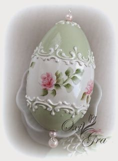 Pastelowa, stonowana kolorystyka, reliefowe ornamenty, malowane różyczki, duuużo lakieru                        W szarościach            Z ... Egg Crafts, Easter Crafts, Holiday Crafts, Arts And Crafts, Carved Eggs, Painted Christmas Ornaments, Ukrainian Easter Eggs, Grenade, Ideias Diy