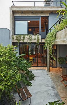 This Slender Concrete Home in Brazil Feels Like an Urban Jungle - Photo 2 of 13 - The backyard garden has an outdoor grilling station. Backyard Garden Design, Modern Backyard, Rustic Backyard, Patio Design, Backyard Landscaping, Concrete Houses, Concrete Patio, Cement Planters, Large Planters