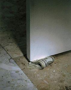 『Cash Door Stopper』は、イタズラ好きでお金大好きな方のためのインテリアアイテムです。 札束を模したこちらのドアストッパー。ふと足元を見てコレがあったら、さぞかしビックリするでしょうねぇ・・・。  100ドル紙幣の他にも、日本の一万円札などのバリエーションがある模様。お部屋のオブジェとしていかが?(via CRNCHY)