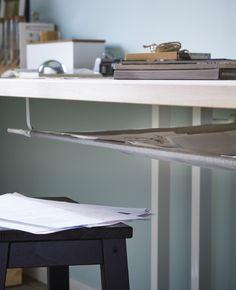 Close-up van een opberger gemaakt van textiel onder het bureau
