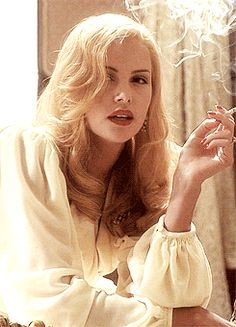Charlize Theron Smoking Ladies, Girl Smoking, Supergirl, Celebrity Long Hair, Charlize Theron Oscars, Hair Gif, Women Smoking Cigarettes, Jackson, Daphne Groeneveld