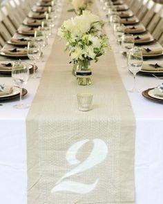 Martha Stewart nos trae esta idea de una boda en Athens, GA en la cual marcaron los números para mesa con stencil en los caminos de mesa.