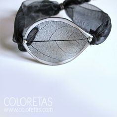 Black Leaf bracelet with black lace and sterling silver clasps - Pulsera Hoja Black negra con cierre de lazo negro tipo organza facilmente ajustable a diferentes medidas