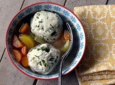 Dumplings (vegetarian or chicken) with soup.