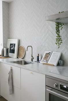 Unique Home Decor Kitchen On A Budget, New Kitchen, Beautiful Kitchen Designs, Rustic Kitchen Design, Classic Home Decor, Kitchen Tiles, Kitchen Interior, Home Kitchens, Kitchen Remodel