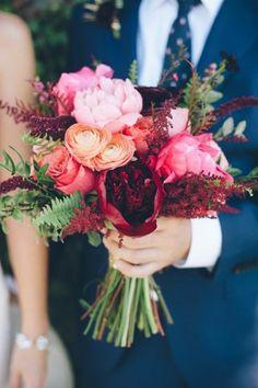 Couple mariée heureux jolie bouquet de fleurs