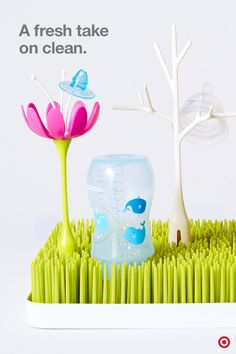 From bottles to pacifiers to utensils, the Boon Grass countertop drying rack holds and air-dries baby accessories on the fun, flexible blades of grass. The lower tray design contains the water as it drains so your counters stay mess free and dry. You can also add drying rack accessories in the form of fun flowers, butterflies and twigs. It's like a pretty little garden on your counter.