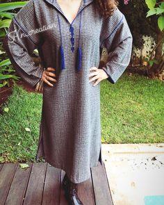 L'image contient peut-être: une personne ou plus, personnes debout et plein air Moroccan Caftan, Mode Hijab, Embroidery Designs, Cover Up, Cold Shoulder Dress, Kaftans, Plein Air, Elegant, Stylish