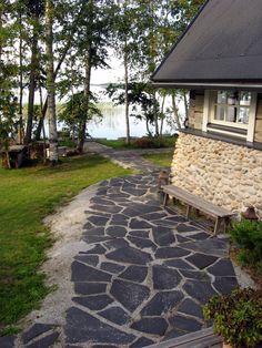 Kauniin rantasaunan kivijalka on toteutettu mukulakivillä, kulkuväylissä on Viinijärven tummaa kiilleliusketta.