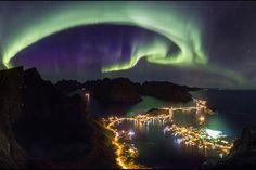 Un'immagine con la Luce del Nord o Aurora boreale sopra la città di Reine nell' isola Lofoten, in Norvegia (Alex Conu/ ASD/ NASA)