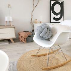 Dit is mijn lievelingsbeeld uit de binnenkijker van Interior by Lein; een witte design schommelstoel van Vitra op een rond vloerkleed van jute. Love it! Interior Blogs, Van Interior, Interior Inspiration, Scandinavian Interior Design, Scandinavian Style, Eames Rocking Chair, Funky Chairs, Charles Eames, Scandi Style