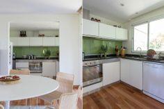 Una arcada comunica el comedor con la cocina, donde una alzada de vidrio pintado de verde se destaca sobre el blanco puro de las paredes. Se...