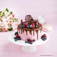 Waldbeer-Joghurt-Torte mit Schokoladenglasur und frischen Früchten (Dripping Cake)