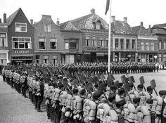 STEENWIJK - Vertrek van de Nederlandse Arbeids Dienst-mannen naar het oosten. - 18-07-1943