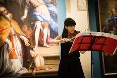 Esibizione al violino di un'allieva della Verdi sulle note di Bach al secondo piano del Museo