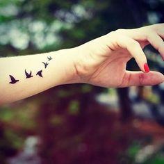 Tatouage femme envol d oiseaux poignet