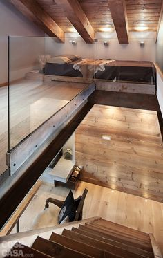 Gli interni su due livelli, di circa 45 + 45 mq, sono frutto di una ristrutturazione integrale che ha dato nuova vita a un rustico di montagna. Ne conserva i tratti tipici e l'atmosfera calda, grazie all'uso del legno che riveste tutte le superfici, integrando e celando armadi e spazi contenitivi.