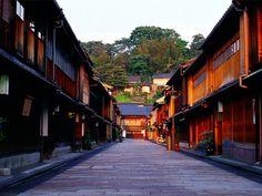 石川県の県庁所在地、金沢。東京から約2時間半のところにあり、観光地としてはさほど有名ではないようにも思えますが、実は金沢には多くの見所があるんです!今回はその魅力と、夏よりも冬に訪れるべき5つの理由をご紹介いたします。
