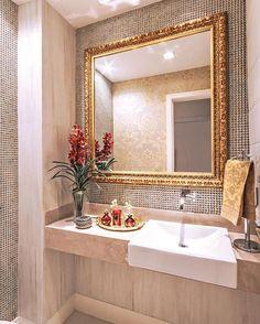 Lavabo lindo com pastilha e espelho com moldura dourada e decoração em detalhes vermelho ❤️❤️ #boatarde #interiores #decor #detalhes #decoracao #decorating #decoracaodeinteriores #architect #arquitetura #arqmbaptista #arquiteturadeinteriores #lavabo #marianemarildabaptista