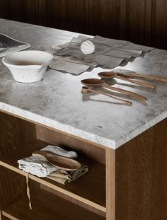 Cuisine en bois et pierre naturelle Kitchen Interior, New Kitchen, Kitchen Tools, Kitchen Ideas, Kitchen Without Handles, Concept Shop, Solid Wood Cabinets, Bespoke Kitchens, Everyday Objects