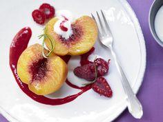 Pochierte Pfirsiche - mit Himbeermark - smarter - Kalorien: 148 Kcal - Zeit: 25 Min. | eatsmarter.de Lecker! Pfirsiche als Dessert!