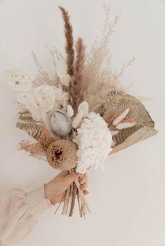 Trockenblumen, das perfekte Geschenk zum Muttertag! Entdecke unsere Auswahl von wunderschönen Sträußen und Geschenkideen. Lotus, Grapevine Wreath, Grape Vines, Wreaths, Decor, Flowers, Packaging, Lotus Flower, Decoration