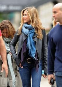 I love color of scarf, jacket and outfit of Jennifer Aniston style. Jennifer Aniston Haar, Estilo Jennifer Aniston, Jeniffer Aniston, Look Fashion, Autumn Fashion, Fashion Outfits, Scarf Knots, Mein Style, How To Wear Scarves