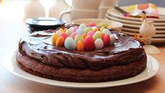 En lettvint sjokoladekake som er perfekt i påsken.    - Denne kaken er både kjapp og enkel å lage, i og med at den røres kjapt sammen for hånd. Den er enkel å lage på hytta, siden du ikke trenger kjøkkenmaskin, forteller matblogger Trine Sandberg bak matbloggen Trines Matblogg.   I tillegg til den nydelige smaken, holder kaken seg godt og genererer lite oppvask.    - Kaken kan pyntes med det du har tilgjengelig av påskegodt eller friske bær. Sjokoladekaken er også god som den er, så du kan gjern Norwegian Food, Norwegian Recipes, Recipe Boards, Fancy Cakes, Something Sweet, Yummy Cakes, No Bake Cake, Chocolate Cake, Cake Recipes