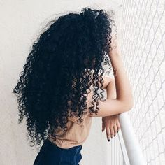 To have beautiful curls in good shape, your hair must be well hydrated to keep all their punch. You want to know the implacable theorem and the secret of the gods: Naturally curly hair is necessarily very well hydrated. Love Hair, Big Hair, Gorgeous Hair, Pelo Natural, Natural Curls, Pretty Hairstyles, Wig Hairstyles, Curly Hair Styles, Natural Hair Styles