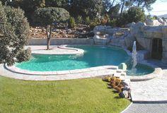 Piscina de FERRÓN®PISCINAS. Preciosa piscina con estanque adosado y escalera de obra interior. El cuarto de máquinas se ubica debajo de la rocalla/cascada.