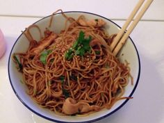 nouilles chinoises, blanc de poulet, oignon, germes de soja, coriandre, huile d'arachide, huile de sésame