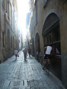 Un caffè veloce. Ciclista in un vicolo di Città Alta - foto di Michele Mulliri Bergamo Italy