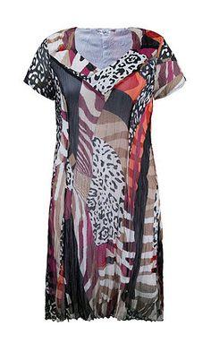 La robe effet froissé. Imprimé moderne effet patchwork allover. Encolure V gansée, manches courtes. Tissu de dessus et doublure corps 100% polyester.