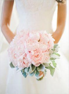 rose quartz w kwiatach