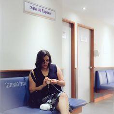 La mejor manera de pasar el tiempo en una sala de espera... tejiendo! #crochet #ganchillo #pasion #tejer