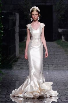 From One Fab Day, a gorg off white wedding dress. Love it?