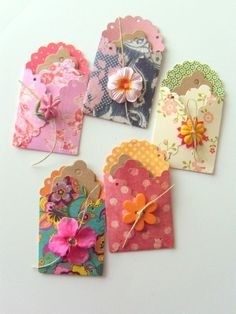 POCKETS - Jolies Poches - Five Journaling Envelopes and Ten Tags More gift card packaging ideas.with Christmas card stock!More gift card packaging ideas.with Christmas card stock! Pocket Letters, Scrapbook Embellishments, Card Tags, Gift Cards, Homemade Cards, Cardmaking, Craft Projects, Wraps, Arts And Crafts