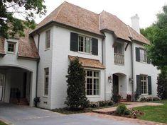 Traditional Exterior Farrow & Ball, Pantalon 221 Choosing an exterior trim color for a home is not an easy task. White Exterior Paint, White Exterior Houses, Exterior Paint Colors For House, Exterior Trim, Exterior Colors, White Stucco House, White Brick Houses, Patio Interior, Interior Exterior