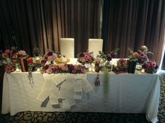 アンティークカラーでまとめたメインテーブル 本好きな新郎新婦様らしいウェディングとなりました #テーマウェディング #フラワーコーディネート #装飾 #洋書 #古本 #アンティーク #スモーキーカラー #wedding #book #antique #flower #pink